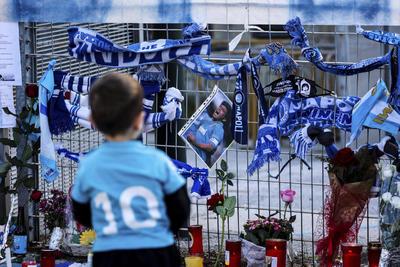 Napoli gana con gol del 'Chucky' Lozano en homenaje póstumo a Maradona