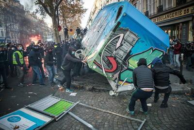 Protestan miles en París ante polémica ley sobre las fuerzas del orden