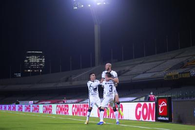Pumas golea 4-0 a Cruz Azul y pasa a la final
