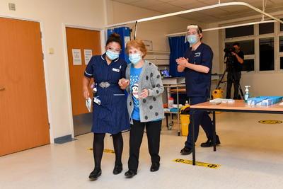 Reino Unido inicia históricas vacunaciones contra COVID-19
