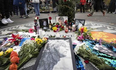 El asesinato de John Lennon a las puertas de su residencia en Nueva York hace cuatro décadas es algo que los ciudadanos de la Gran Manzana no pueden olvidar, y lo han demostrado este martes cientos de ellos acudiendo a cantar y bailar alrededor del mosaico de 'Imagine' de Central Park con el que se rinde honor al músico.