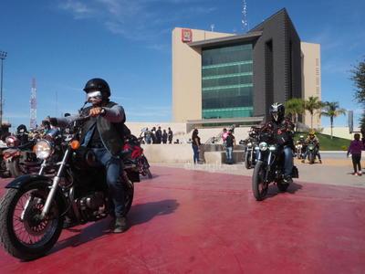 Motociclistas protestan en Torreón tras prohibirles circulación por carriles centrales