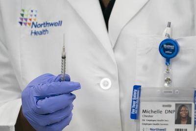 Inicia vacunación contra COVID-19 en Estados Unidos
