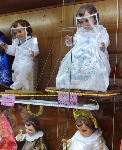 Colocan cubrebocas y caretas a figuras de Niño Dios para concientizar