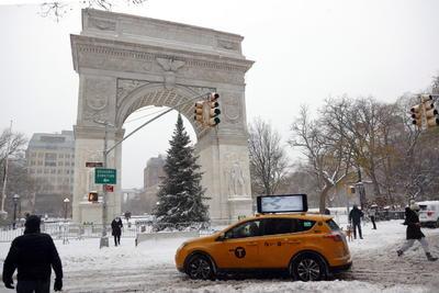 En la Gran Manzana cayeron alrededor de 25 centímetros de nieve, más que en todo el invierno pasado, y las precipitaciones continuaban aún en la mañana del jueves, aunque según los meteorólogos lo peor de la tormenta ya pasó.