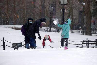La nieve y los fuertes vientos golpearon en dirección sur-norte buena parte de la costa este estadounidense, incluidas muchas de sus principales ciudades como Filadelfia o Boston, y continuaban dejando importantes precipitaciones en la región de Nueva Inglaterra.