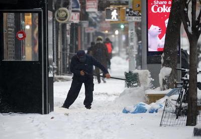 En las carreteras la nieve provocó además numerosos accidentes, incluido uno con dos víctimas mortales en Pensilvania y otro en la ciudad de Nueva York que dejó a media docena de personas hospitalizadas.