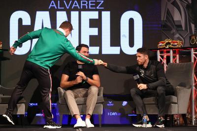 Con 53 victorias, 36 por nocaut, un empate y una derrota, Álvarez es el púgil más taquillero de la actualidad, que a los 30 años pasa por un momento de gran forma deportiva, lo cual tratará de demostrar ante Smith, un peleador con 27 triunfos en igual número de salidas, en un combate por las fajas del peso supermedio del Consejo Mundial de Boxeo (CMB) y la Asociación Mundial (AMB).