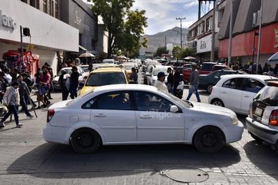 Tráfico. Circular por las principales avenidas del Centro como la Hidalgo, Juárez y Presidente Carranza representó toda una odisea debido a la alta afluencia de vehículos. Algunos optaron por tomar vías rápidas como el bulevar Revolución para ganarle segundos al trayecto.