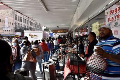 Música en vivo. Un grupo de músicos improvisó un pequeño escenario y se instaló a las afueras de una farmacia para interpretar sus melodías a centímetros de los transeúntes de la Zona Centro.