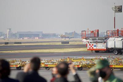 El avión con las primeras dosis de la vacuna de Pfizer aterrizó en la mañana en el aeropuerto de Ciudad de México.