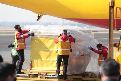 El avión, de la compañía de mensajería DHL, aterrizó con una cantidad de dosis todavía por confirmar en el Aeropuerto Internacional de la Ciudad de México a las 9.02 hora local (15.02 GMT).