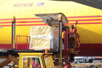 El avión, de la compañía de mensajería DHL, aterrizó con una cantidad de dosis todavía por confirmar en el Aeropuerto Internacional de la Ciudad de México a las 9:02 hora local (15:02 GMT).