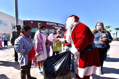'Santa Claus' visita a niños en el Hospital General de Torreón