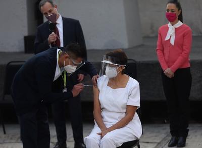 La primera en recibir la vacuna fue la jefa de enfermería de la unidad de terapia intensiva del Hospital Rubén Leñero, María Irene Ramirez, de 59 años.