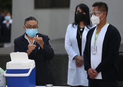 Aplican primera vacuna contra COVID-19 en México