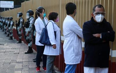 El traslado de vacunas estuvo acompañado de un operativo de seguridad que incluyó a varios hombres y vehículos de la Sedena.