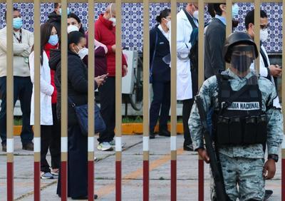 Por la madrugada, elementos de la Secretaría de la Defensa Nacional (Sedena) comenzaron la distribución en centros médicos de las vacunas anticovid de Pfizer y BioNTech.