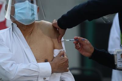 Desde antes de las 7:00 horas, los médicos y enfermeros que integran el Hospital comenzaron a hacer fila para ser vacunados.