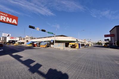 Calles sin tráfico. A diferencia de lo que se vivió apenas hace unos días, el sector Centro de Torreón lució sin gente, sin aglomeraciones y las calles quedaron vacías.