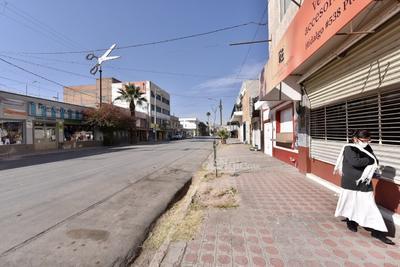 Sin ambulantes. La mayoría de los comerciantes ambulantes y de comida que se instalan a las afueras del Mercado Juárez en Torreón no trabajaron el día de ayer y solamente se pudieron observar a unos pocos.