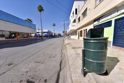 Un respiro. Ayer los pocos ciudadanos que acudieron al Centro pudieron disfrutar de una imagen muy poco usual: la de ver las calles sin personas y con pocos automóviles.