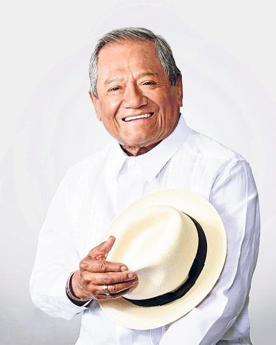 - El cantante y compositor mexicano Armando Manzanero, fallecido este lunes por la COVID-19 a los 85 años, dejó atrás de sí una ecléctica trayectoria de 70 años con 400 temas y más de 30 producciones discográficas en donde predominó una temática, el amor.