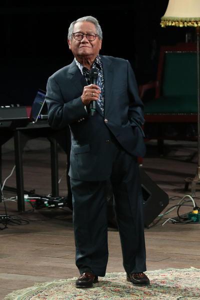 Manzanero nació el 7 de diciembre de 1935 y desde pequeño estuvo cerca de la música, pues era hijo de los músicos fundadores de la orquesta Típica Yucalpetén.