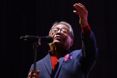 Poco después se trasladó a la Ciudad de México, donde acompañó a reconocidos intérpretes de la época como Pedro Vargas y José José y trabajó como promotor de la editora musical EMMI y Director Musical de la CBS Internacional (hoy SONY).