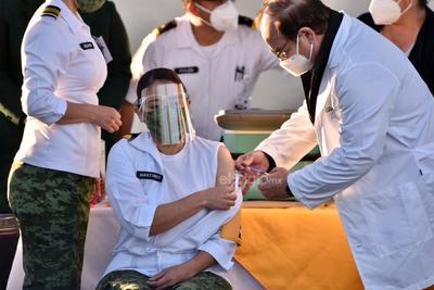 La primera en recibir la vacuna de la empresa farmacéutica Pfizer fue la teniente enfermera Gabriela Martínez González, de la Secretaría de la Defensa Nacional (Sedena).