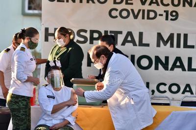 En su intervención, el secretario de Salud dijo que para el Gobierno de Coahuila es muy importante el iniciar la inoculación de la vacuna entre los profesionales de la salud que se encuentran en la primera línea de combate a esta enfermedad.