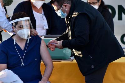 Después, se aplicó la dosis a Ana Gabriela García Cedillo, enfermera de la Secretaría de Salud del estado; Lorena Limones Castro, enfermera del ISSSTE y Hugo Francisco Ruíz Serna, urgenciólogo en el Instituto Mexicano del Seguro Social (IMSS).