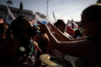 Argentina espera ante la reñida votación por legalizar el aborto
