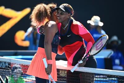 La japonesa Naomi Osaka (3) se impuso por un firme 6-3 y 6-4 en las semifinales del Abierto de Australia a Serena Williams (10), que atravesó ciertos problemas con su servicios al recibir cuatro roturas en un partido que duró una hora y cuarto.