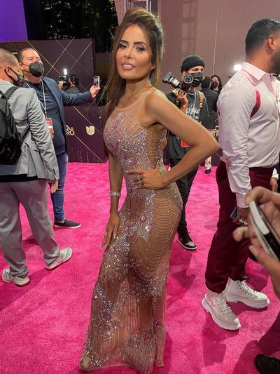 La elegancia informal domina la alfombra roja de Premios Lo Nuestro