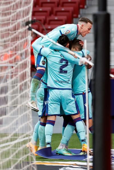 El mal momento rojiblanco se recrudeció cuando el defensa uruguayo José Giménez pidió su cambio en los primeros minutos del complemento por una molestia. El charrúa ya se había perdido nueve duelos a lo largo del campeonato por COVID-19 y lesiones.