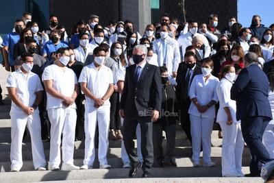 Fue en punto de las 09:00 horas que se llevaron a cabo los tradicionales honores y el izamiento de la bandera monumental, además se realizó una reseña respecto a la conmemoración que tiene sus antecedentes en el año de 1940 durante el mandato del entonces presidente Lázaro Cárdenas.