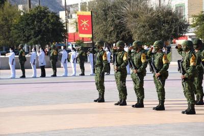 Una vez terminado el protocolo cívico a cargo de miembros del Ejército Mexicano el alcalde realizó un acto de homenaje y saludó a representantes del sector salud en el municipio, además de miembros de corporaciones como la Policía de Torreón, Bomberos y Protección Civil.