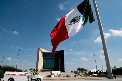 Bandera de México en la Plaza Mayor de Torreón, Coahuila, México