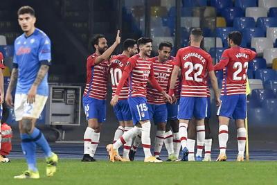 Napoli gana la vuelta pero es eliminado de Europa League sin 'Chuky' Lozano