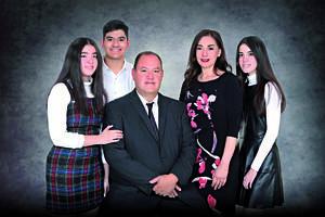 28022021 El Arq. Roberto Arturo Del rio y la Arq. Norma Mendoza celebrando sus bodas de plata en compañía de sus hijos: Roberto, Giovanna y Ana Karen.