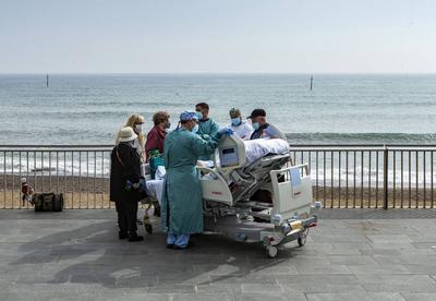 Paciente supera el COVID y sale a tomar aire desde su cama