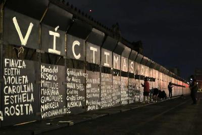 Víctimas de feminicidio son recordadas en vallas de Palacio Nacional