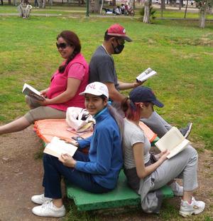 07032021 Captada en el interior de nuestro Bosque, esta ejemplar familia lectora se muestra unida en su pasión por los libros.