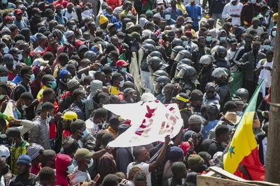 Liberan a líder opositor de Senegal, pero persisten protestas