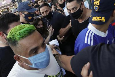 Fanáticos marchan en Buenos Aires por justicia ante muerte de Maradona