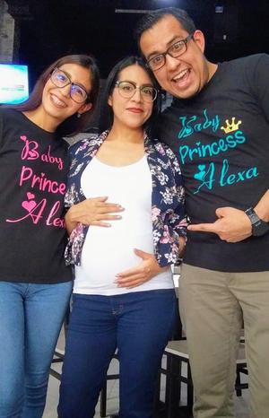 11032021 Arlet, Claudia y Roberto, celebrando el próximo nacimiento de Alexa.