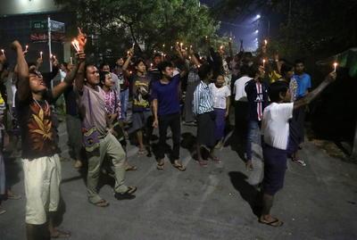 Realizan manifestaciones por la noche en Myanmar
