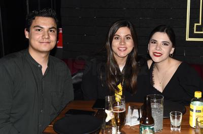 """Francisco Garza, Victoria Mendoza y Melisa Ortiz. Gozan fin de semana en un restaurante, bajo la premisa de """"cocina expuesta"""""""