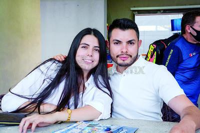 Carolina Flores y José Castañeda. Inicia el torneo Sonrisa Azul en las instalaciones del Pádel One Club.